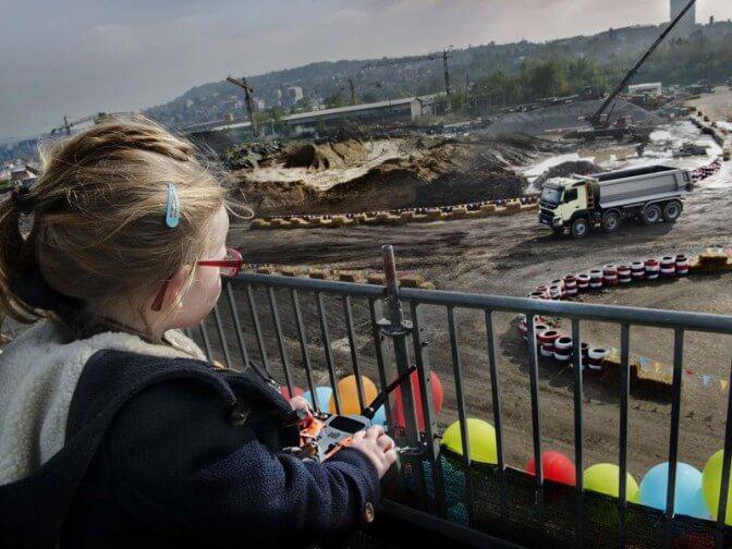 Volvo доверила управлять грузовиком маленькой девочке